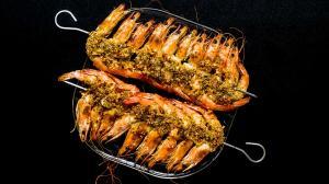 gambas grillées à la croûte de flocons-de-légumes