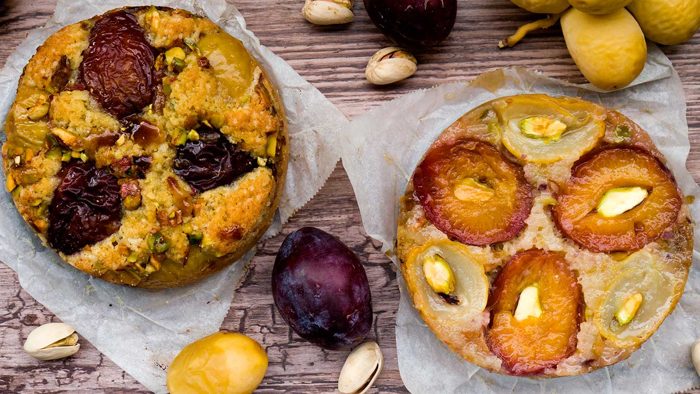 fresh plum & date & pistachio cakes : rightside-up or upside-down ?!