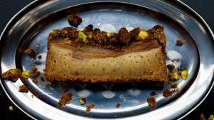 gâteau 'crumb cake' à la poire & pistache & cardamome