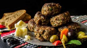 exceptionally herby 'keftedes' (greek meatballs)