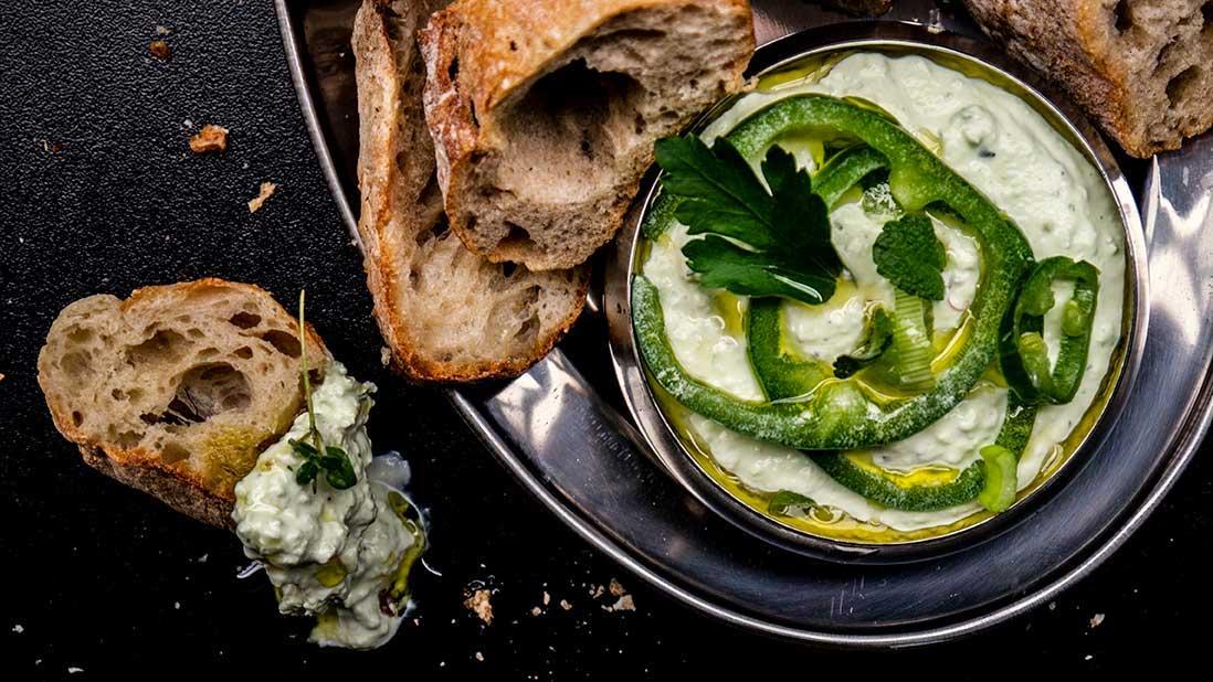 trempette épicée «tirokafteri» au fromage feta & poivron doux & piment vert