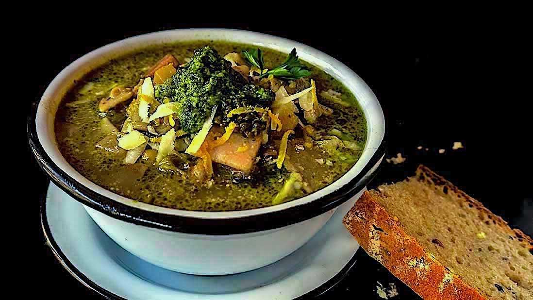 soupe minestrone «de l'hiver au printemps» toute blanche & verte avec pesto aux noix & persil