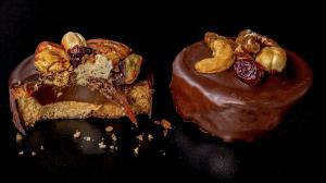 sablés «milliardaire» fourrés au caramel & enrobés de chocolat & garnis de fruits secs