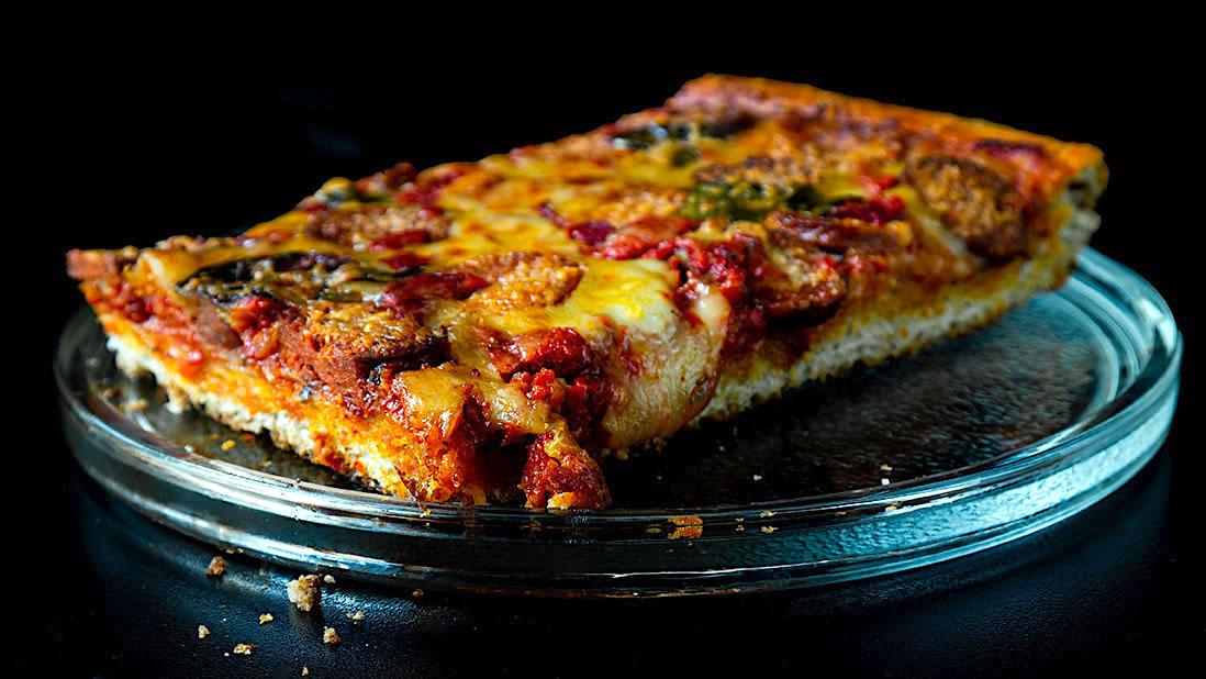 pizza à l'espagnole épicée & à croûte épaisse avec chorizo & sauce aux poivrons rouges rôtis et tomates